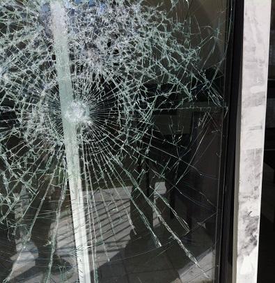 vitre cassée puget sur argens